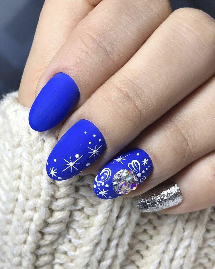 синий матовый новогодний маникюр с шариками