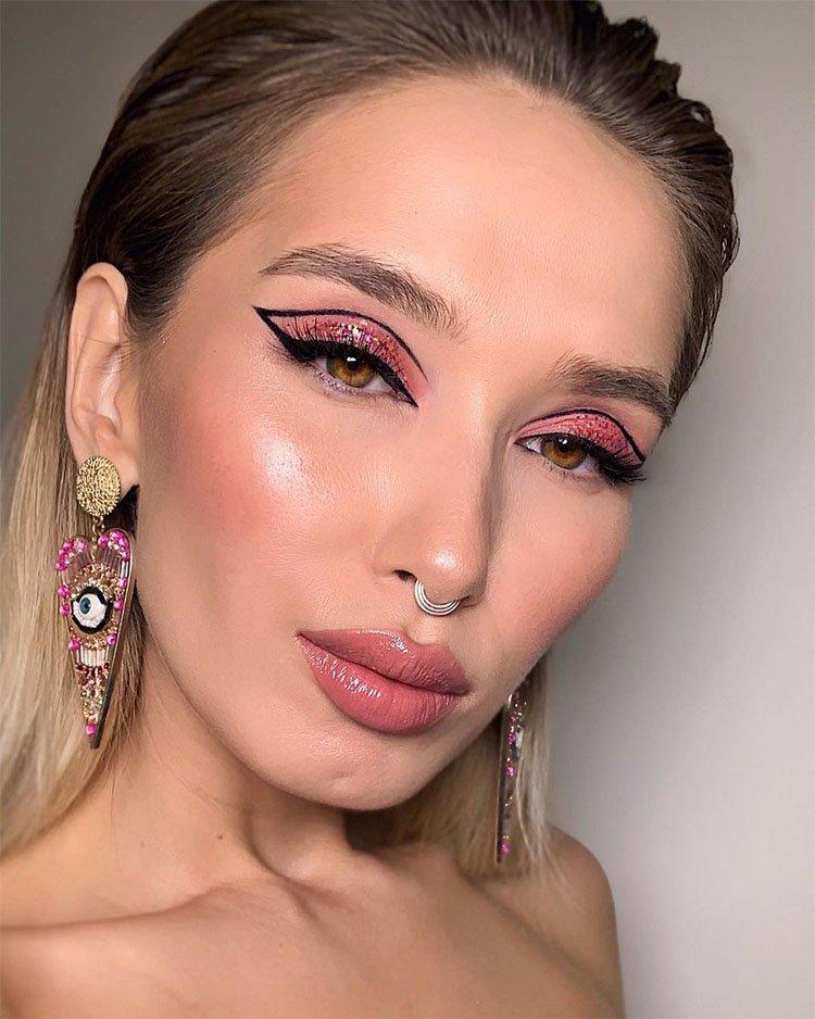 макияж с розовыми тенями и графической стрелкой