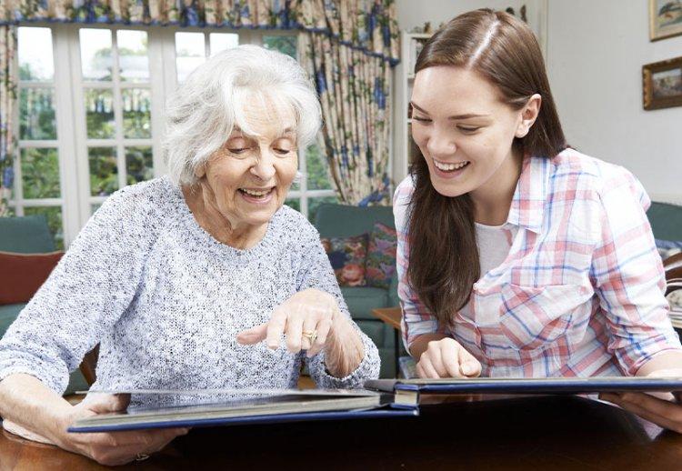 мама с дочкой смотрят фотоальбом