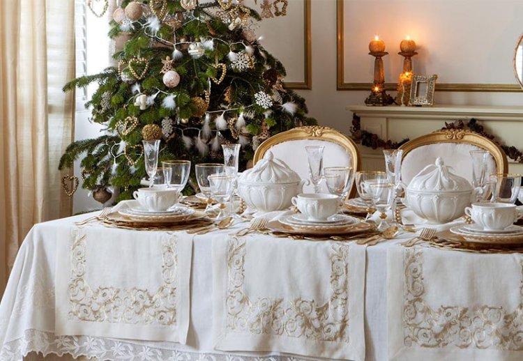 белая скатерть на новоголнем столе