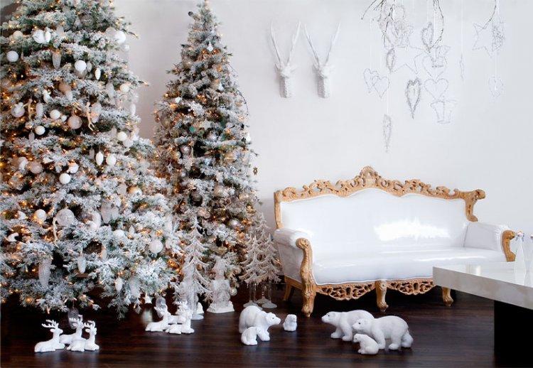 белые светлые шары на елке