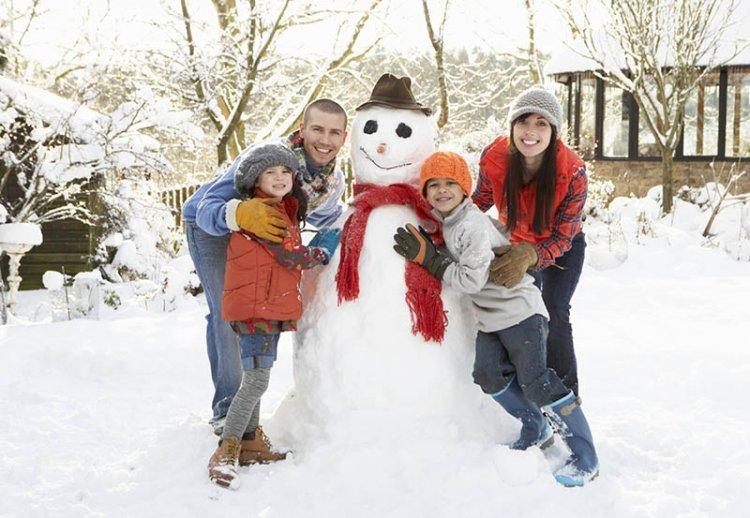 2 января лепить снеговика всей семьей