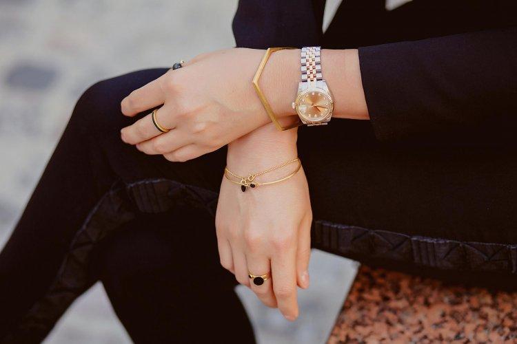 часы и браслеты на одной руке