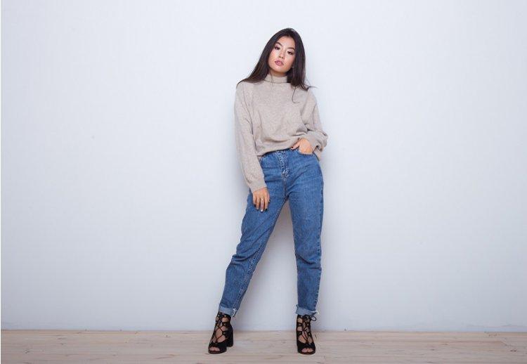 модные синие джинсы 2021