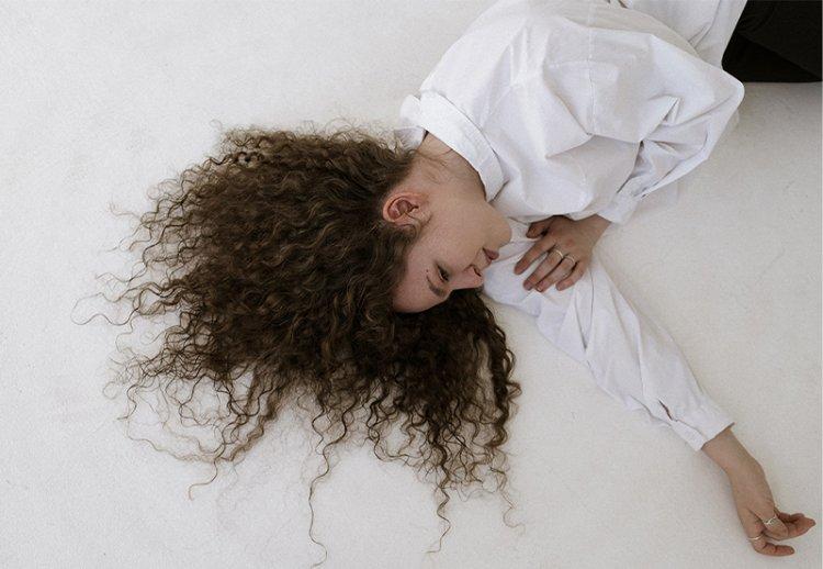 Как ухаживать за кудрявыми волосами: проверенные трюки