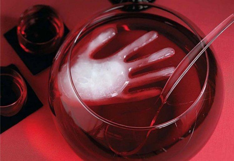 напиток с ледяной рукой на Хэллоуин