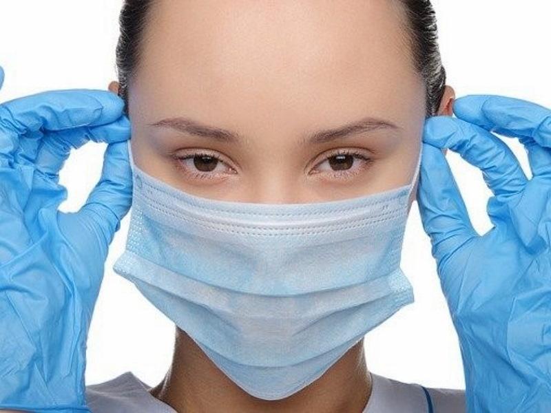 надевать маску на лицо